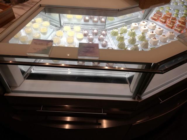 宝石ケースに並んだデザート